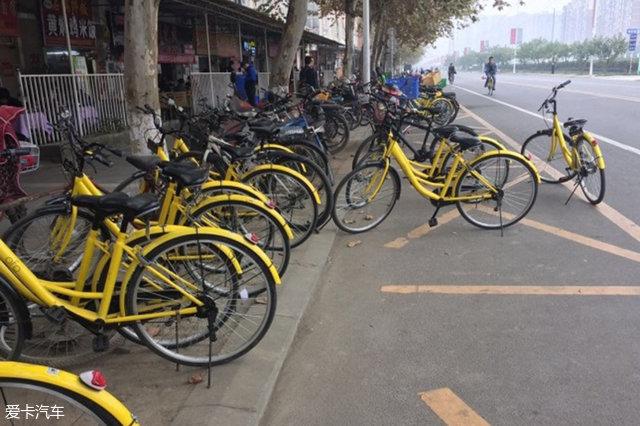 共享单车乱停放问题严重。   而如今,当小黄车达到如此数量级以后,新的问题出现了。首先,数量的激增带来了与机动车激增一样老生常谈的问题:停哪儿?乱停共享单车的现象如今已经受到了各大城市有关部门的重视,这也是暂停投放的主要原因之一。以上海为例,共享单车投放数量已经超过了150万辆,而市区可供停放的数量仅在60万辆,再不管控,似乎自行车要成灾了。