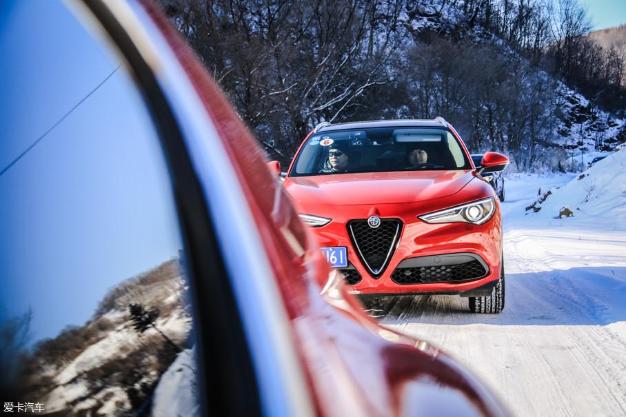 雪地之上的阿尔法罗密欧车队给长白山带来了别样的风景。此次冰雪的道路试驾全部为Stelvio车型,而Giulia仅在冰湖漂移项目上有所体验。