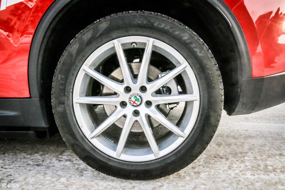 绝对要说,阿尔法罗密欧是自信的。此次全程试驾的Stelvio给我们配备的是倍耐力原厂的四季轮胎。