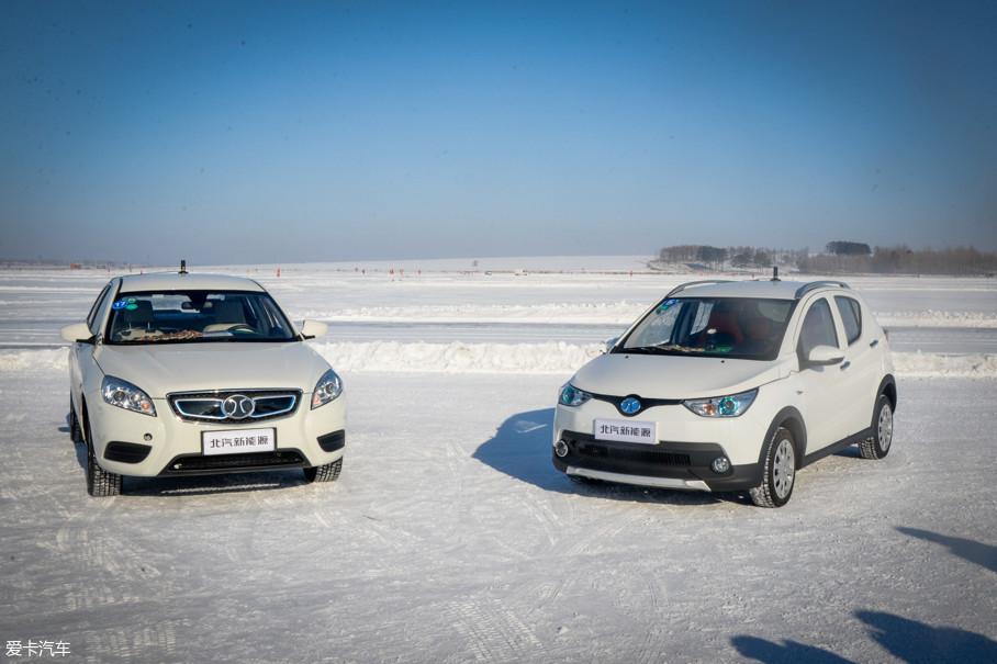 来到测试场,首先我们体验的是车辆的冷启动。实验员已将一辆EC180和一辆EU300在-30℃左右的天气下断电静置12小时,准备上车启动后,观察车辆是否有任何因寒冷导致的迟滞。