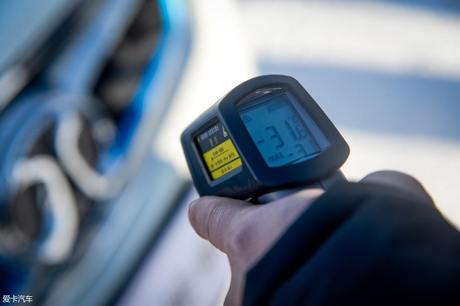 通常汽油车在这种低温条件下容易出现燃油汽化性能差、润滑油粘度大甚至冷凝、蓄电池端电压低等情况,而电动车的电池在低温下电的输出功率也容易受到影响。