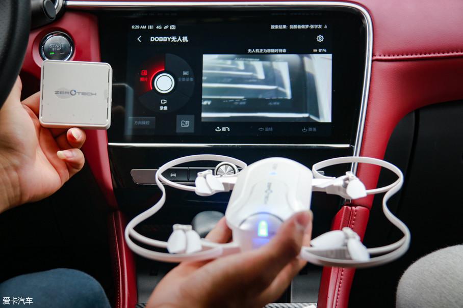 我们用零度无人机做个测试,连接好的无人机可直接将拍摄画面传输到中控屏上,而且通过中控屏可以直接遥控无人机进行飞行和拍摄。