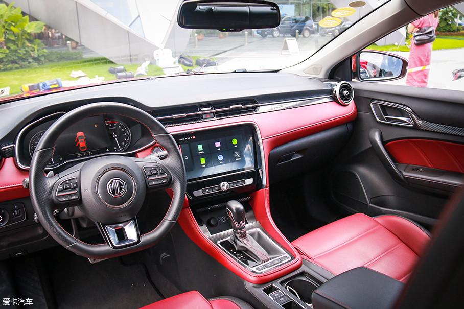 一进名爵6的车内,明快的红黑配色内饰让人眼前一亮,中控台干净简洁,匹配物理按键的大屏幕很是显眼,看起来既美观又实用。