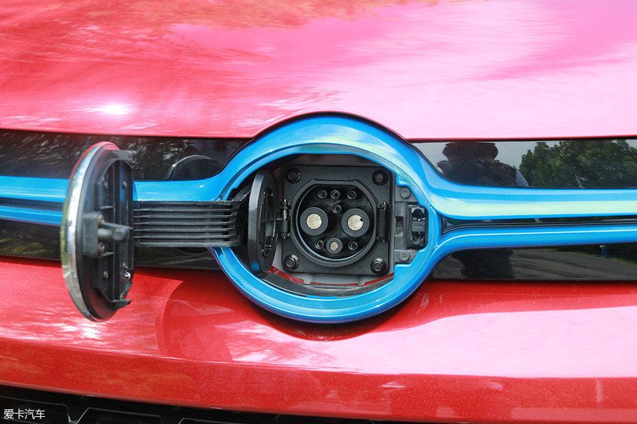 另外从电动汽车本身来说,充电口的设计大多采用无电设计,充电口附近的材料也采用绝缘体。所以一般的下雨天,给电动汽车充电是绝对没有问题的。