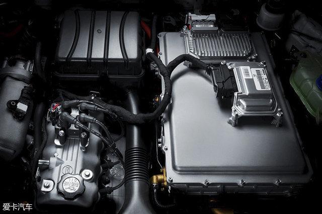 发动机一般情况下不参与驱动车辆,仅在电池电量消耗到一定程度时启动并对动力电池进行充电,配合45L油箱,总续航里程可超过600km。