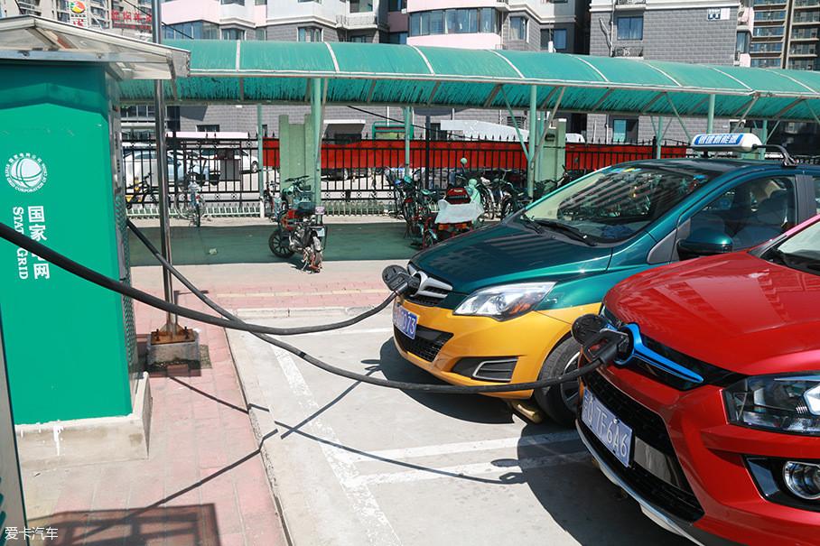 快充因为采用大功率直流电给电动汽车充电,所以许多小伙伴就认为夏季用快充给电动汽车充电,会让电动汽车的电池温度过高,影响电池寿命。