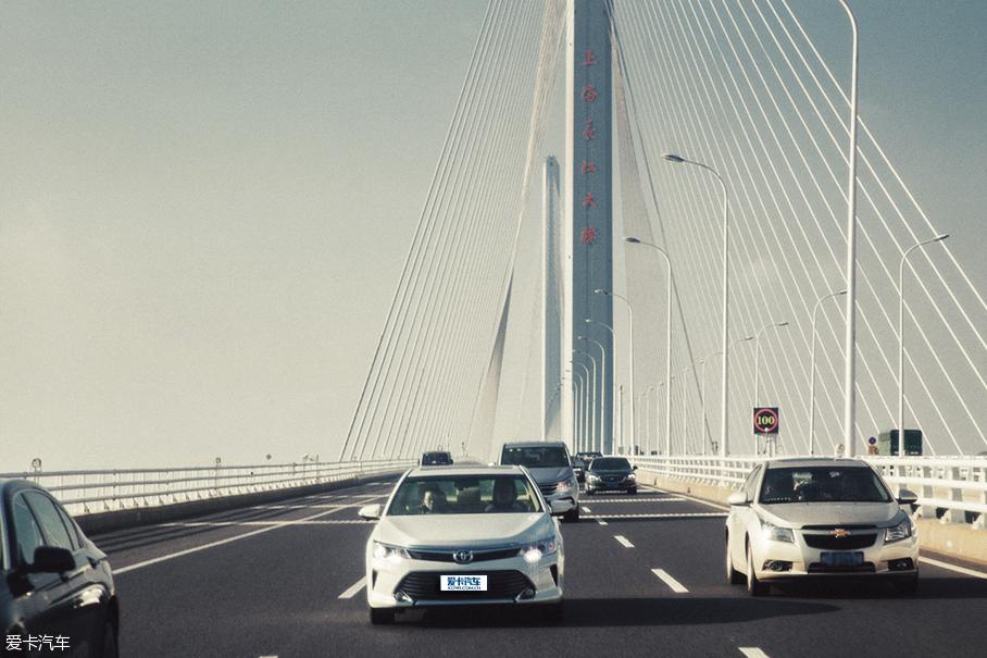 不过最长称号很快就要被即将建成的珠港澳大桥取代了.   跨过大桥,