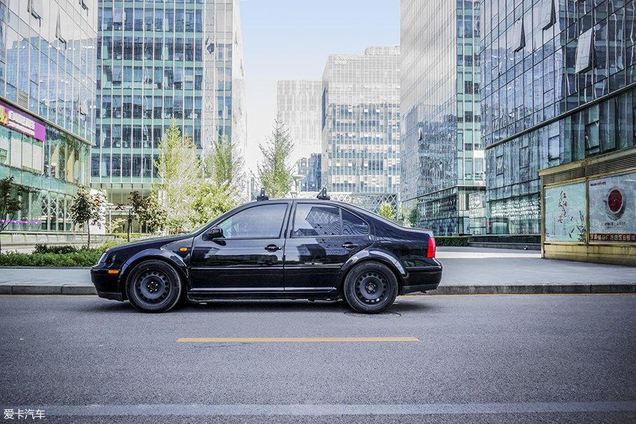 如今再来欣赏这一代宝来车型的外观,可能已经不能够吸引到挑剔消费者的眼球。但厚实且耐用的造型,是同时期宝来、以及后期的帕萨特B5车型灌输给人们的品牌设计感。