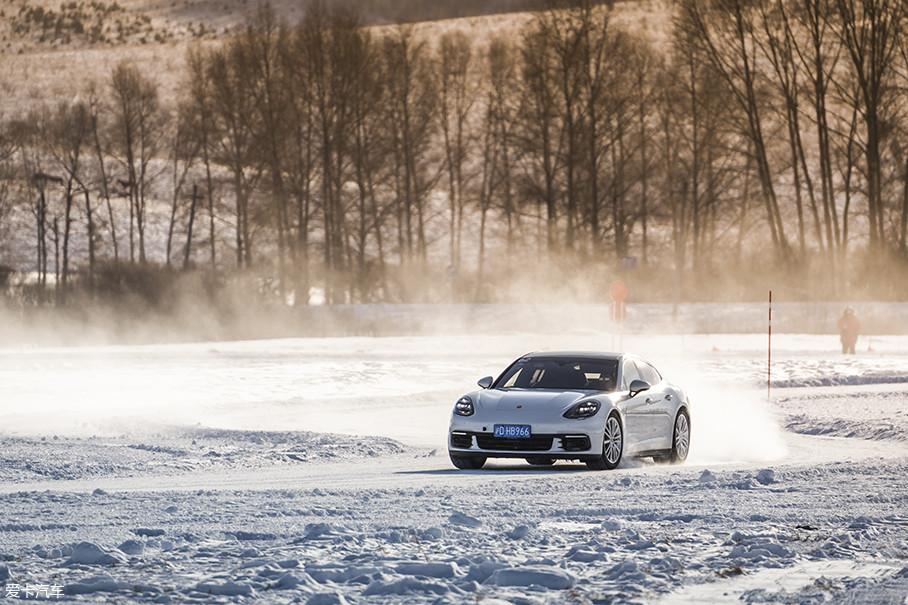 有着纽北最速量产车称号的Panamera是本次冰雪试驾的亮点,你可以将它看做是一台豪华GT跑车,但我可以很负责地告诉你,你大可将豪华两字换成最速。