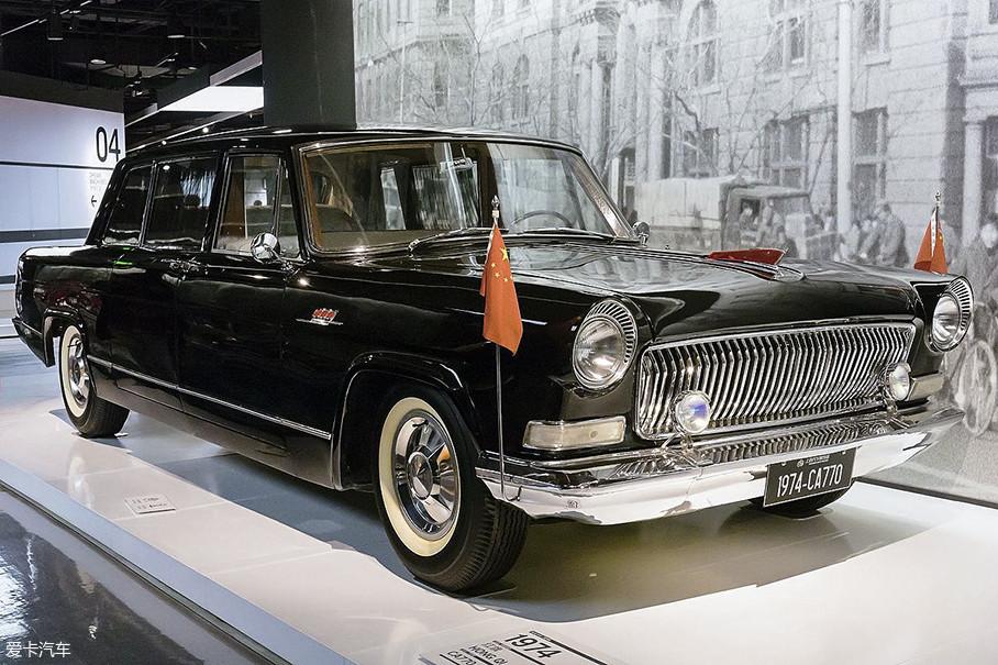 """1965年,""""大红旗""""整体经过改良,外观与内饰全面革新,代号也更名为了CA770。目前在老车收藏的领域,大家最常见的""""大红旗""""便是这款车型,1300余台的产量使得如今保有量相对较高。"""