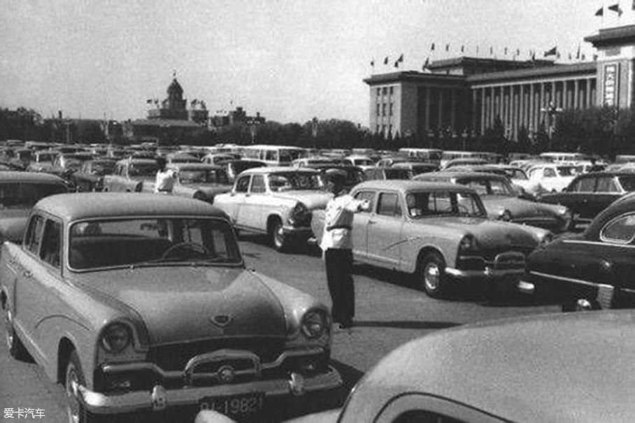 """如果说想在上世纪80年代的路面上见到一台红旗,恐怕没那么容易。为了解决机关单位用车难的问题,从上世纪60年代诞生的上海牌轿车,就成为了最好的""""解决办法""""。"""