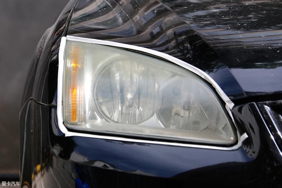 如果之前没有类似经验,需要先用纸胶带将车灯周围的油漆部件进行遮盖,防止砂纸蹭伤漆面。