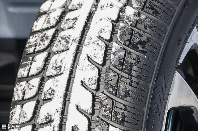 和普通轮胎相比,雪地胎的花纹块更大,花纹块中的沟槽更细密,这有利于提高轮胎的排雪性能,从而增加轮胎的抓地力。 二、冰雪试驾场地   此次我们试驾的场地是位于黑龙江省黑河市的卧牛湖水库汽车试验场,在南方已经逐渐进入春天的时候,这里依旧是一片冰天雪地,白天的最低气温甚至可以到达零下二十多摄氏度。