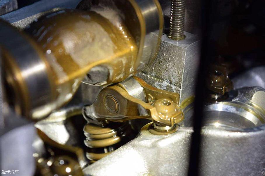 机油,学名叫发动机润滑油,顾名思义最主要的作用是为发动机润滑,除此之外还具有着清洁、保护、冷却和缓冲等功能。