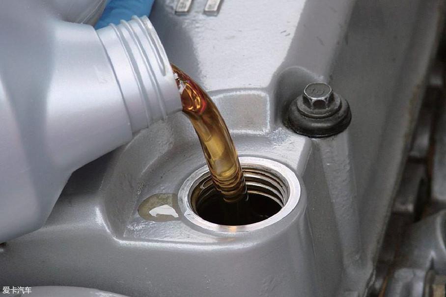 对于大部分车主朋友来说,最常见的就是发动机润滑油,也就是机油。发动机润滑油是润滑油的种类之一,除此之外还有变速箱润滑油和齿轮润滑油等。