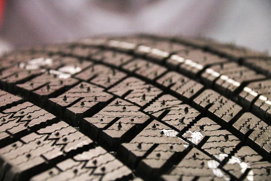 另外,在发泡橡胶的表面覆有一层薄薄的细微气室,其对于消除水膜,提升轮胎的抓地力也有一定帮助,从而进一步提升轮胎的冰路性能。
