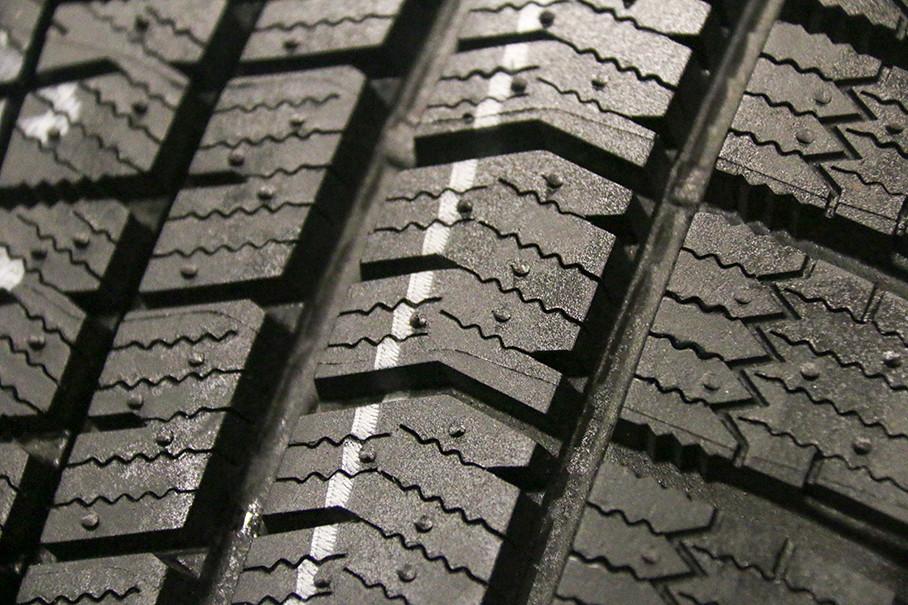 花纹块中细缝花纹是冬季胎的显著特征,冰锐客XG02通过优化细缝花纹间隔来提升花纹块的刚性,从而提升了轮胎的接地面积和冰路抓地力。