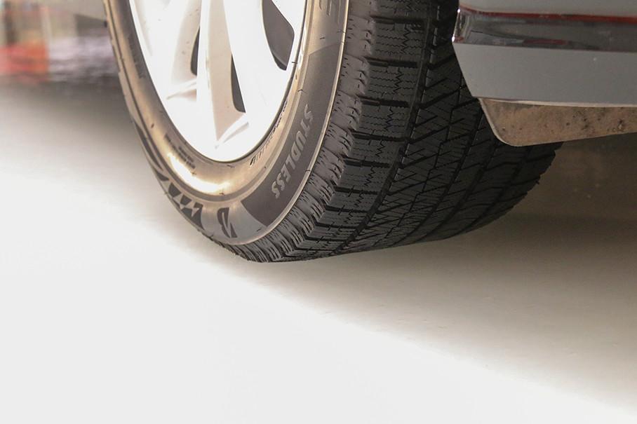 一款冬季胎为何要有吸水性能呢?当遇到冰路路面时,发泡橡胶中含有的大量气泡经磨损后,能够划破由于接触产生的薄薄的水膜,并吸收水分,从而提升轮胎的抓地力,牢牢地与路面贴合。