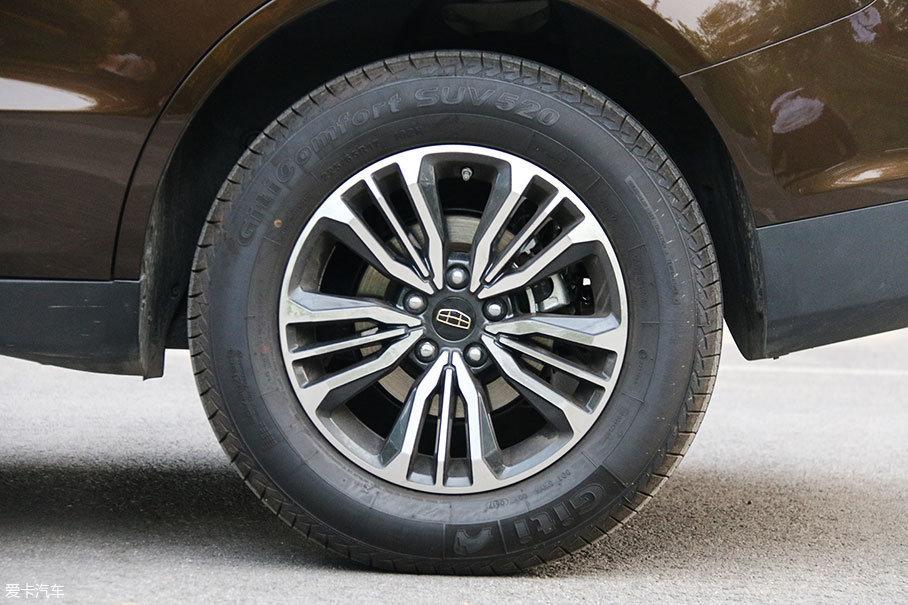 远景SUV搭配的是紫荆花式铝合金轮圈,其中的寓意是家庭和睦幸福。与之匹配的是225/65 R17规格的佳通轮胎。