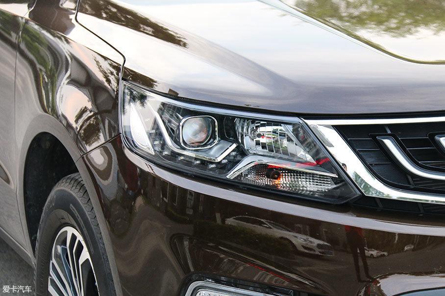 吉利的前大灯为卤素光源,配有透镜,再加上由十几颗LED组成的北斗星式日间行车灯,为远景SUV前脸的整体视觉美感提升不少。