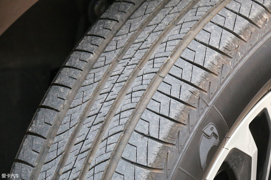 这款轮胎是佳通旗下主打舒适的静音胎,Comfort SUV 520,从胎面的花纹能看到内侧多变横向花纹沟主要是为了降低胎噪,外侧的横向沟槽斜面设计则是为了提高操控性能。