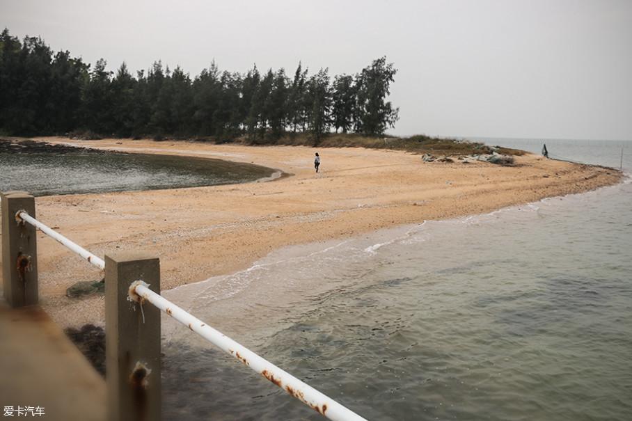 而在路的尽头,则是充满了海鲜香气的三娘湾。看起来只是一个不起眼的小岛,但却以碧海、渔村、海潮而著称,象征幸运的中华白海豚也会时不时地出来为游客们助兴。