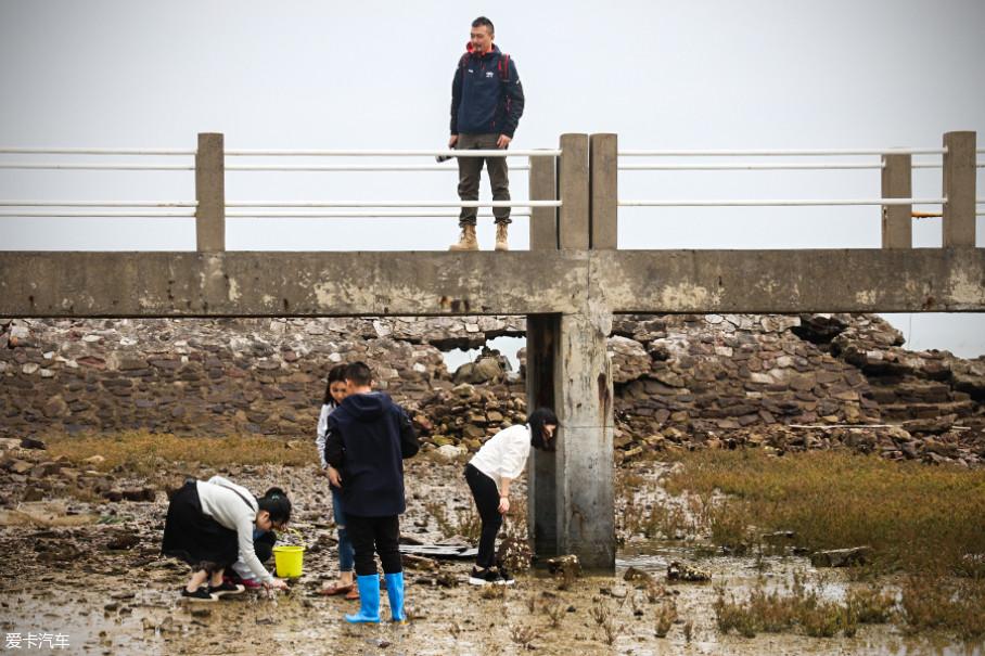 在这里你不仅能够找到拍摄大片的景色,也能亲手钓海鱼,挖海螺,体验南中国海的特别风情。