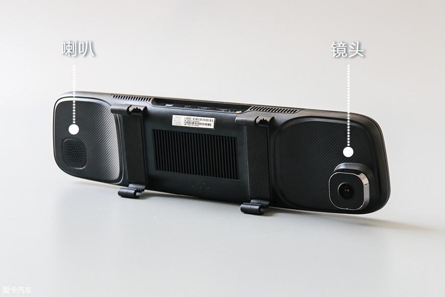 宽大的后视镜后方集成了行车记录仪的镜头和支持语音播报及播放音乐的喇叭。