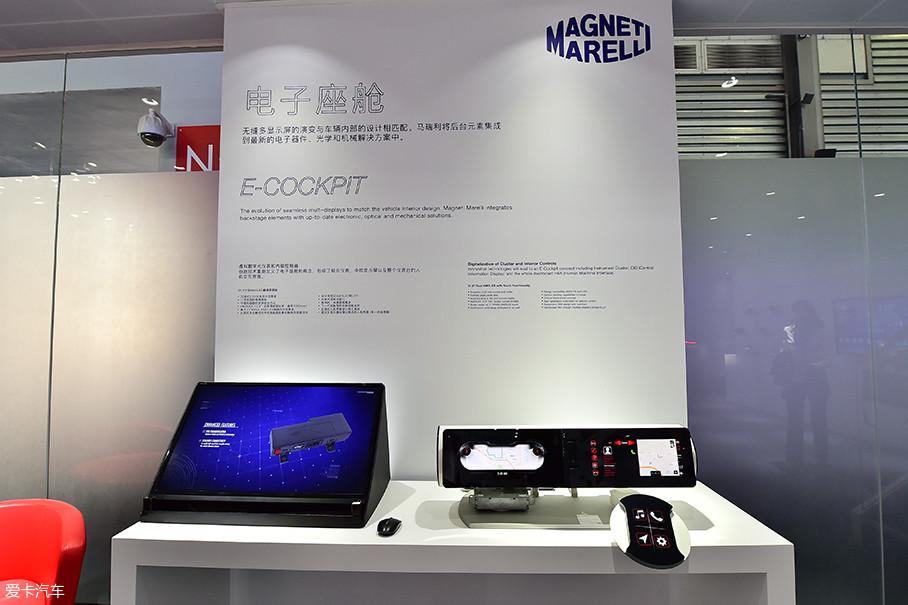 """在亚洲消费电子展上,马瑞利特别推出了""""电子驾舱""""概念,融合多项科技,创造出一个包含仪表(仪表盘人机交互界面)和中央信息显示屏(CID)的智能驾舱(E-COCKPIT)。"""