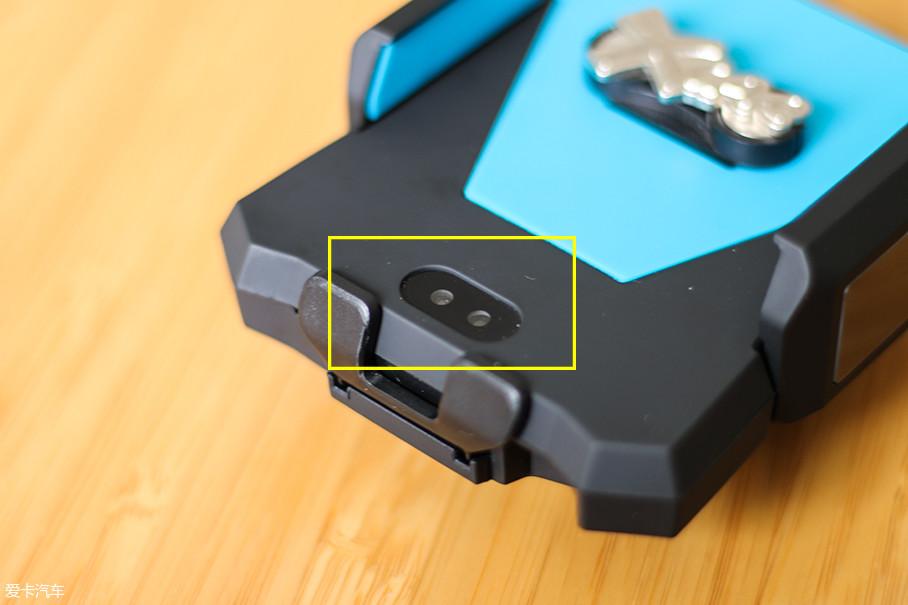 在手机支架的下方有一个红外线感应器,当手机靠近红外线感应器时伸缩夹会自动张开,再将手机轻轻放在手机支架上即可,它可以自动缩合夹住手机。