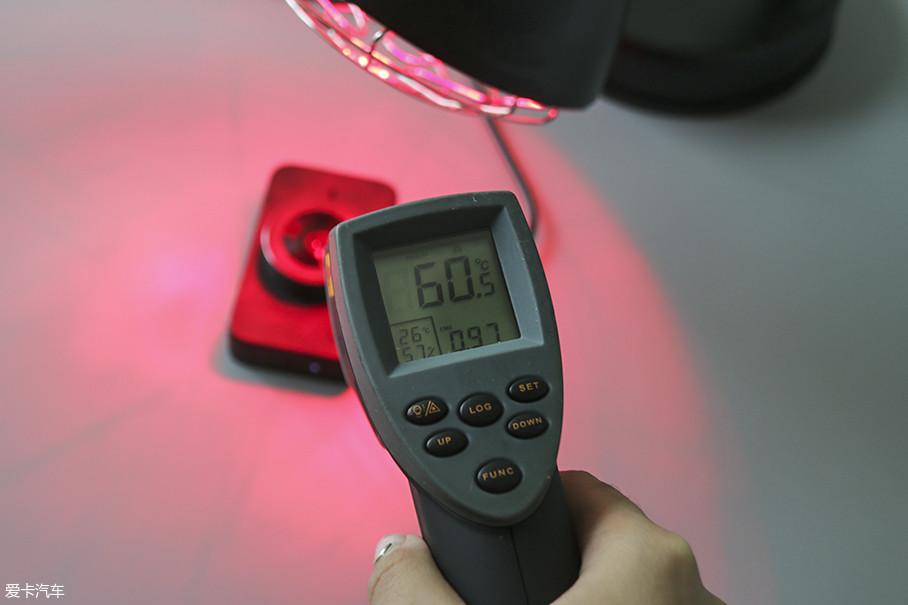在加热过程中,我们在随时记录行车记录仪的外壳温度,当行车记录仪的外壳在加热到60℃时,实际触摸感受已经有灼热感了,所以我们在60℃时先测试了一下记录仪的各项功能。
