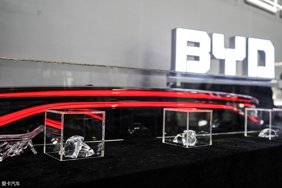 细节上,飞行器、钻石透镜等美学元素也使车灯设计更加活灵活现。钻石透镜能给人一种精细感、高价感。