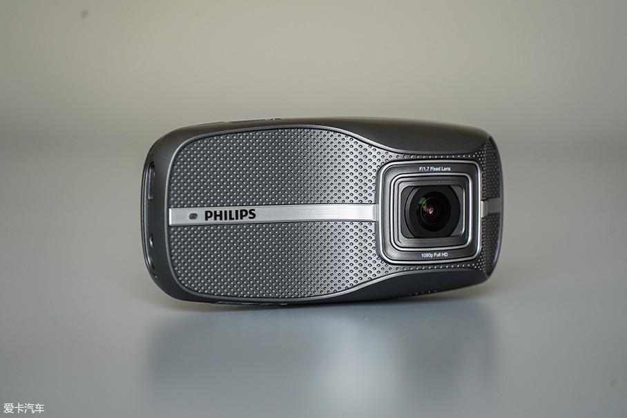 飞利浦ADR900s是一款自带屏幕的行车记录仪,虽然自带屏幕,但产品本身的尺寸并不大。外观为银黑色,看上去非常有质感。