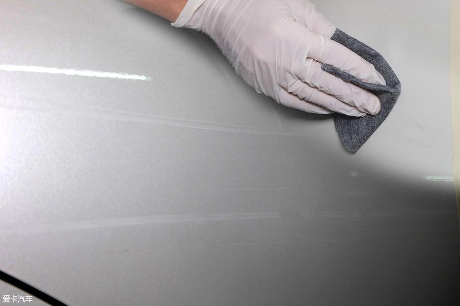 划痕修复布就是利用了抛光的原理,兼顾研磨和蜡的功能。在清漆层完好的情况下,去除划痕的可实施性不是不存在,此次编辑想验证魔术布能否达到抛光蜡去划痕的效果,以及能否替代机器抛光。