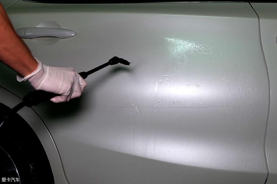 处理划痕前必须保证车身清洁,否则不管用什么擦拭,漆面的细微沙粒都会加重划痕。像粗砂纸打磨过的痕迹,难以再修复。