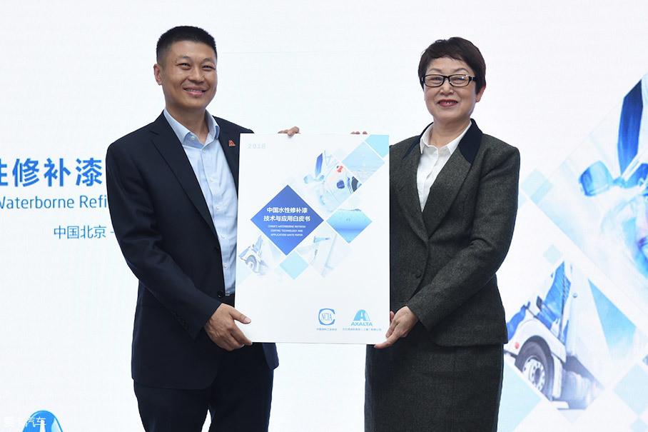 """4月2日艾仕得联手中国涂料协会共同发布了行业内首份《中国水性修补漆技术与应用白皮书》(简称""""白皮书""""),这对推进水性漆进入市场,从传统涂料向水性涂料转型起到了极大的推进作用。"""