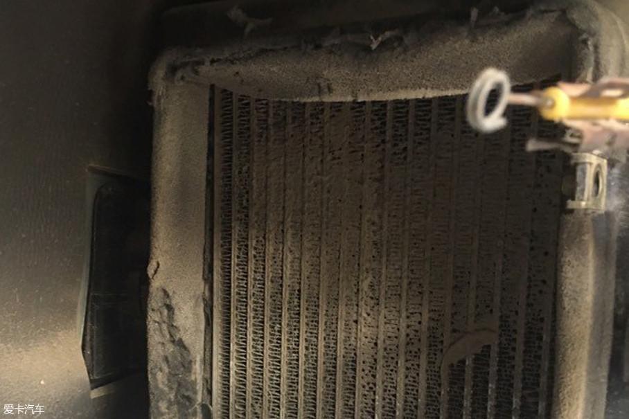 经过潮湿的蒸发箱表面时就会附着在上面,最终形成车内空气的毒源,沾满灰尘的格栅表面会严重影响空调制冷效果。
