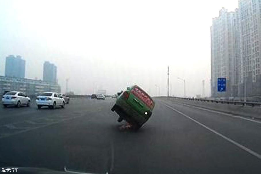 再者车辆的底盘结构无法稳定车身较高的重心,高速转弯时发生侧倾是分分钟的事。