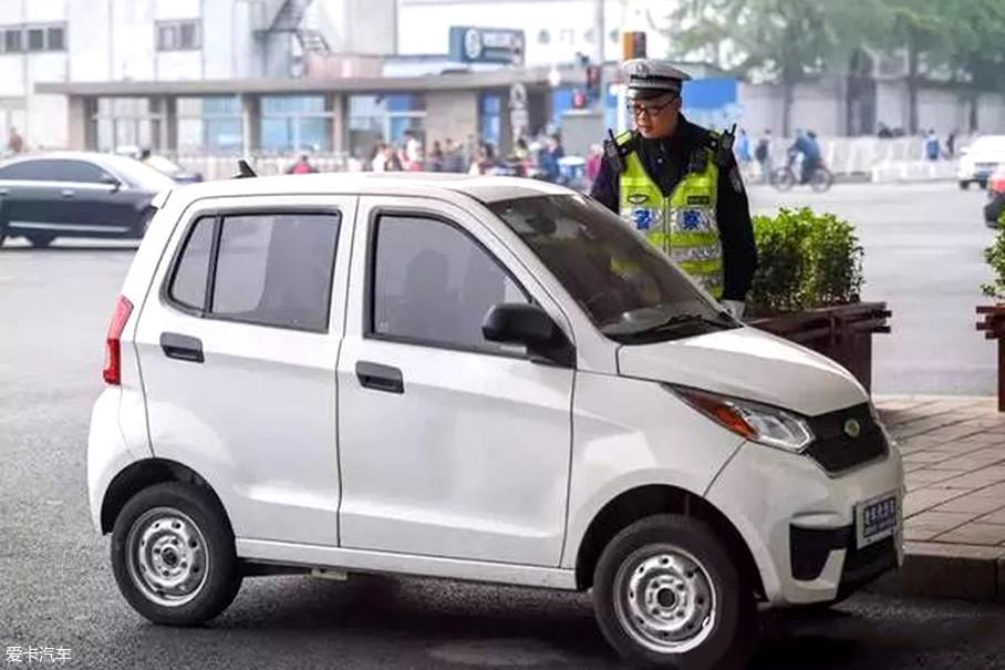 为避免老人情绪激动,交警第一次只是口头警告,并将身份证信息记录,第二次才会做出相应的处罚。而南京交管部门已经对老年代步车进行严格整顿,对上路的车主将进行罚款甚至扣车的处罚。