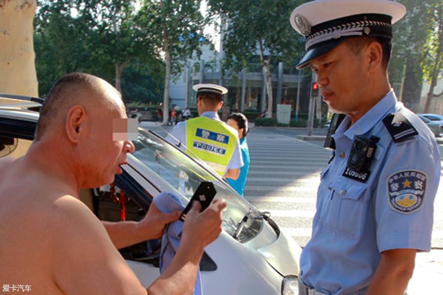 此前,很多交警对代步车驾驶者进行过处理,但驾驶人仗着年事已高,经常用健康问题来威胁,以此逃过处罚,试问这种作法置法律的严肃和公正于何地?
