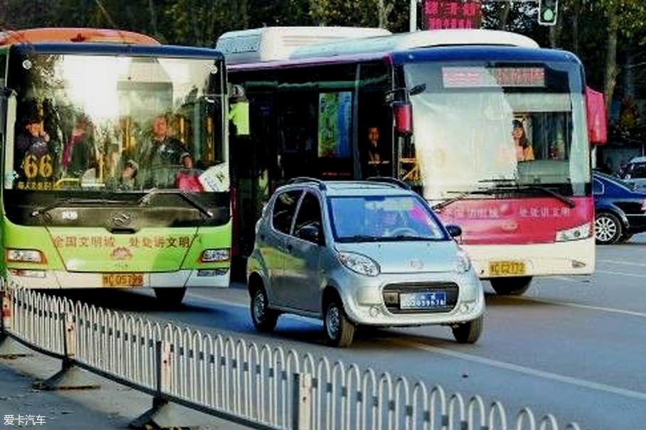 据不完全统计,北京现存的三无代步车数量已到达60万辆以上,与合法机动车争抢路权、不遵守交通规则、肇事逃逸等事件愈演愈烈。