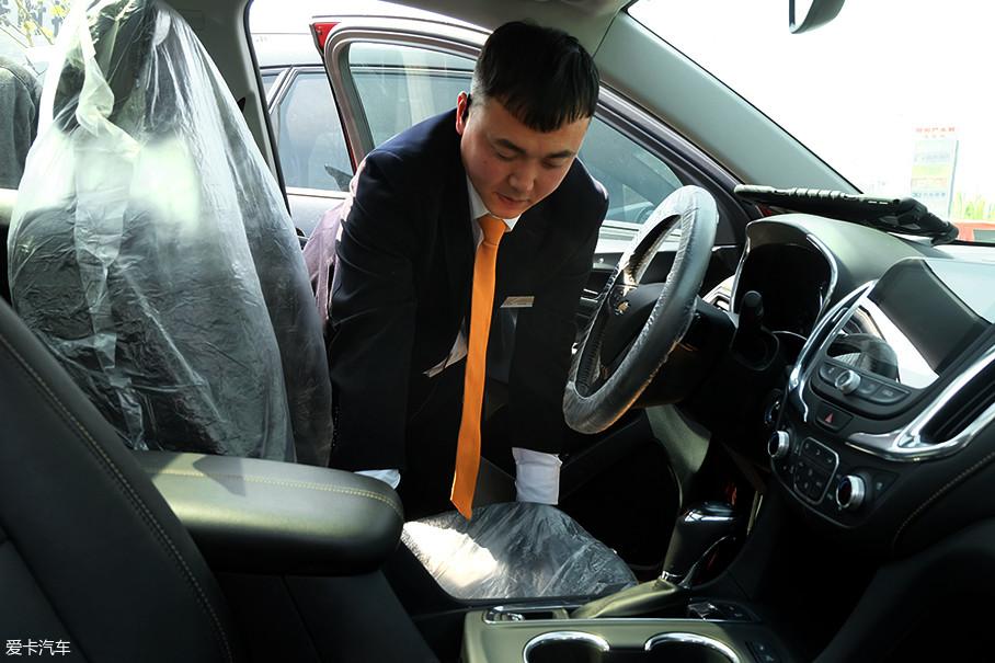 接待区里,服务顾问利索地铺设椅套、脚垫,避免后续维修过程中弄脏内饰。