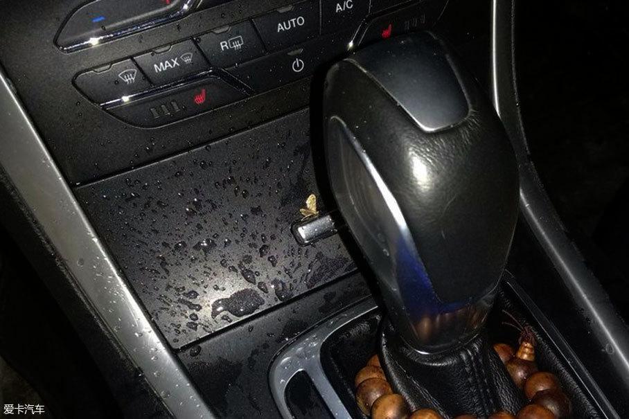 老化的密封条无法准确贴合边框,当雨量大于车内排水能力时,就会引发车外大雨,车内小雨的壮观场面。