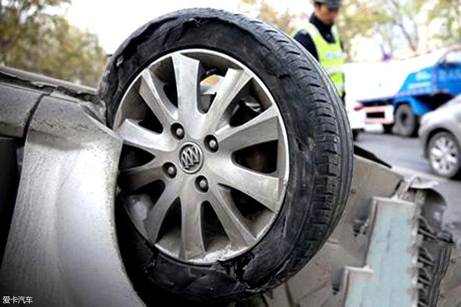 美国公路交通管理局的数据显示:胎压高于标准值四分之一时,交通事故的发生概率增加一倍;而当胎压低于标准值四分之一,交通事故概率增加两倍。