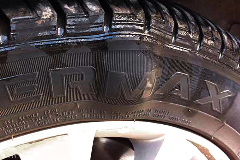 虽然常识告诉我们,胎内压力会受热膨胀,但许多车主为此特意将胎压放得过低,显然有些适得其反。过低的气压会加速轮胎侧壁的挤压、拉伸,在高温催化下橡胶迅速老化,严重破坏轮胎的强度。