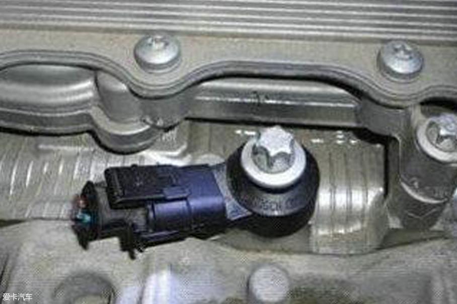 此时发动机电脑会通过爆震传感器修改点火提前角,即可抑制爆震。