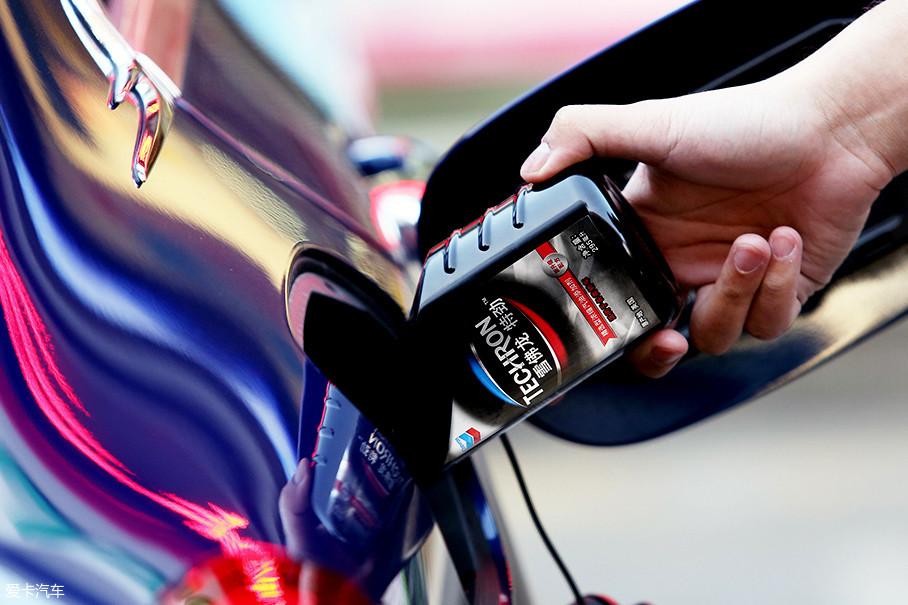 相比其它使用PIBA的产品,PEA添加剂不仅能全面清洁燃油系统,包括喷油嘴、进气阀、燃烧室,还能预防新的积碳产生。