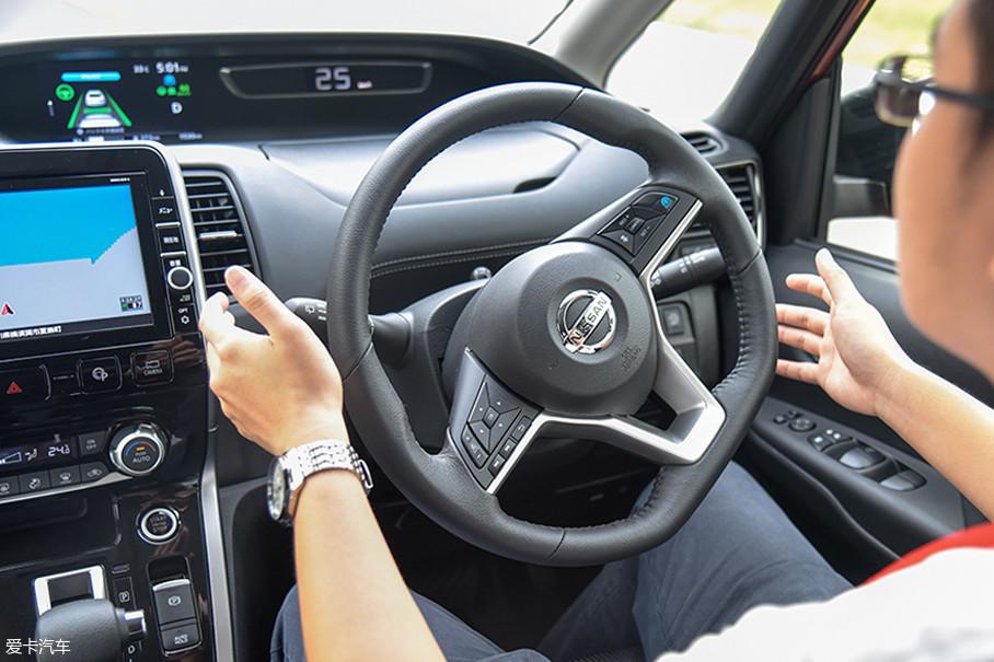 在此过程中系统还会辅助转向,如遇前方车辆停止,ProPILOT会启动自动刹车。