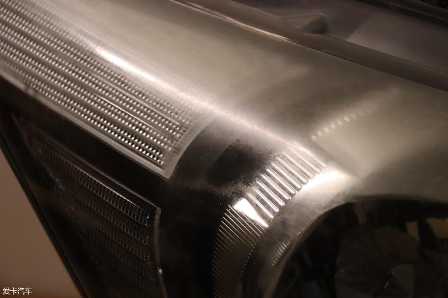 如果灯面老化得不是特别严重,比如这辆雅阁的车灯状况完全可以用600#直接打磨。
