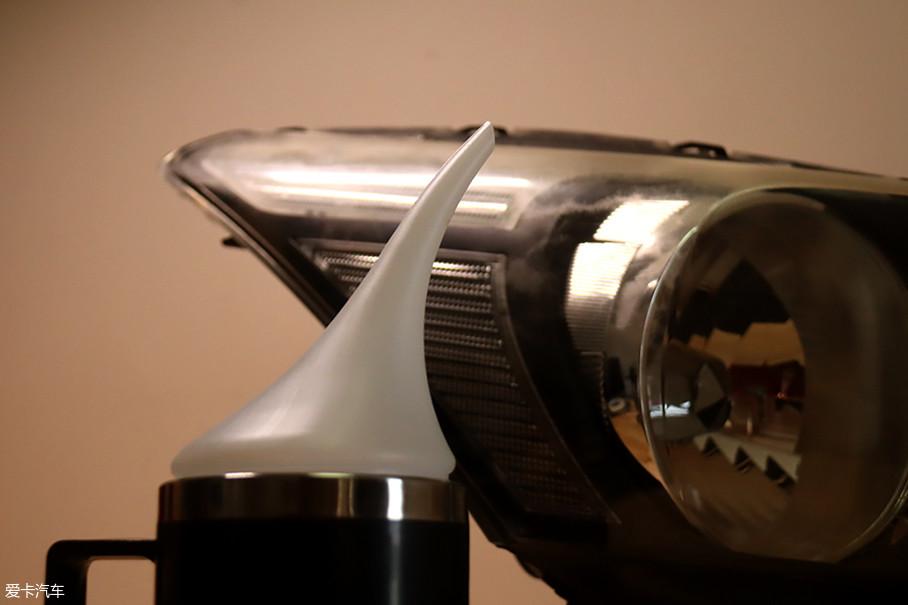翻新套装的精髓在于加热杯喷出的翻新液蒸汽,雾化后的翻新液会形成纳米级的镀膜层。故而用料更少,干燥的速度更快,翻新的效果也更直接。